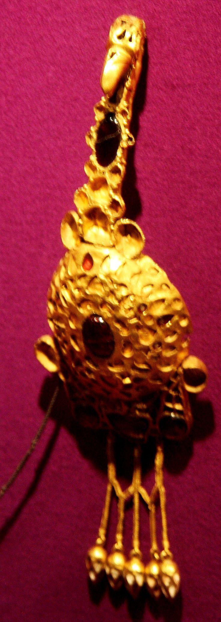 Fibula di dimensioni medie a forma d'uccello ( aquila ?) da Pietroasele. Bird-shaped fibula from Pietroasele hoard.