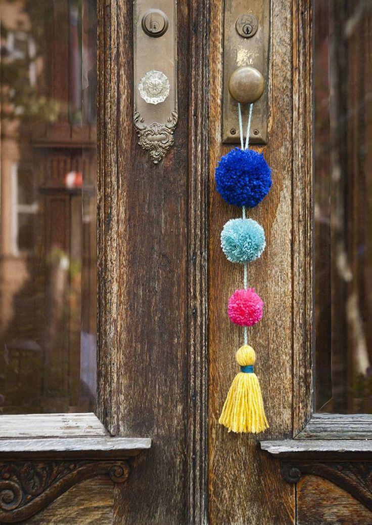 En este post recopilamos cinco tutoriales para hacer con pompones de lana, todos ellos enfocados a la decoración del hogar.