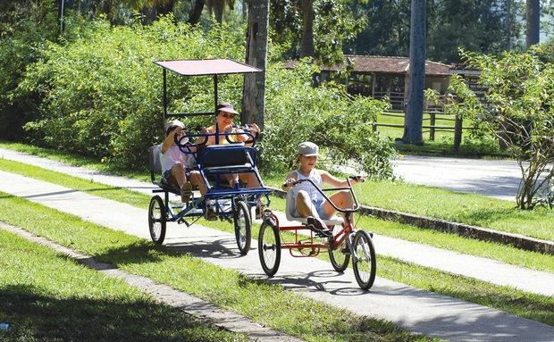 Crianças andando de tricíclo no Hotel Fazenda Mazzaropi