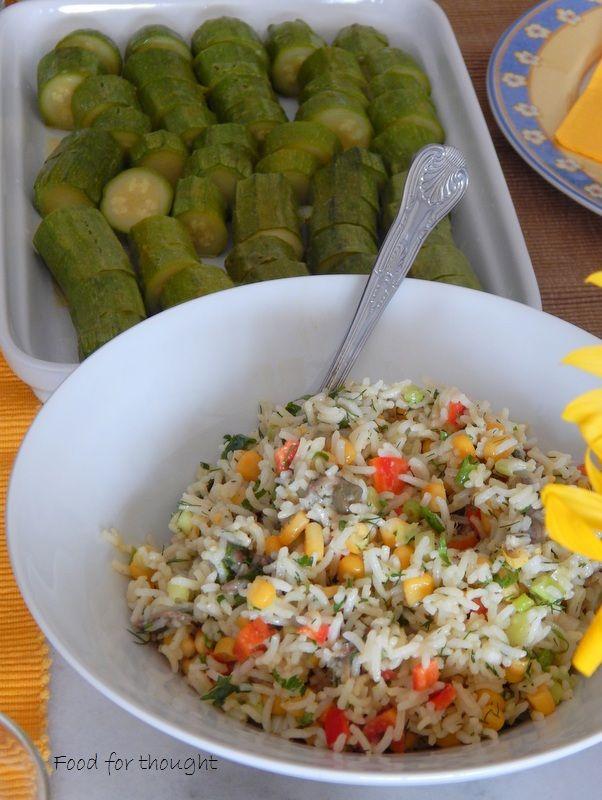Ρυζοσαλάτα, κολοκυθάκια βραστά. http://laxtaristessyntages.blogspot.gr/