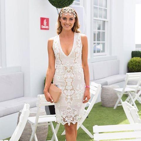 Brookie Hill de vestido Winona branco curto, todo em renda, sem mangas, com decote V. Ideal para noivas em jantar de noivado, despedida de solteira, etc.