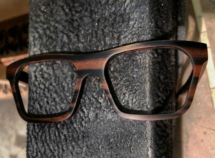 Gafas de madera Móler de ébano de Makassar. Una de las maderas más exclusivas, cotizadas y queridas en el mundo de la madera. Madera muy cara. Asegura una gran resistencia, durez, calidad y durabilidad.   A la vez que lustrosidad, belleza, diferenciación, clase y elegancia.   Este modelo en concreto es el modelo Sáhara recién montado con esta madera, el ébano de Makassar en nuestra fábrica de producción.   www.moler.es  Makassar ebony wood in our Sahara model.   www.moler.es