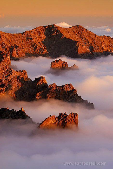 Nuage et rochers aux couleurs chaudes, rendent cette photo sublime et nous donne une idée des paysages fantastiques des Iles Canaries. Las Palmas, Islas Canarias #Spain #Canarias