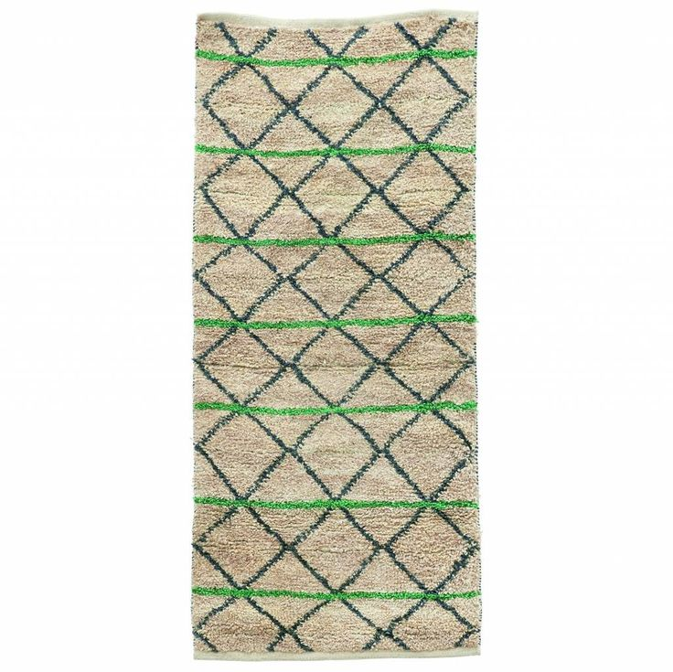 Wat een leuk speels vloerkleed! Dit vloerkleed is best wel bijzonder hij is gemaakt van jute. Helemaal in de trend met de groene strepen en heeft een leuk maatj