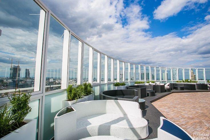 Zajmujący przedostatnie piętro wieżowca Millenium Plaza Level 27 należy do tych miejsc w stolicy, których nie trzeba nikomu przedstawiać. Świetna lokalizacja, stylowy wystrój, profesjonalny system nagłośnieniowy i oświetleniowy oraz ogromna - ponad 800 m2 - powierzchnia czynią Level 27 jednym z najpopularniejszych klubów stolicy. Przestrzeń składa się z trzech części, mieszczącego się wewnątrz w pełni klimatyzowanego klubu wyposażonego w duży bar, podwyższoną konsoletę DJ-ską, toalety i…