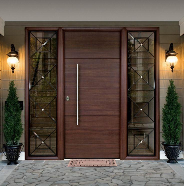Puertas de madera para el interior y para la entrada de for Modelos de puertas principales