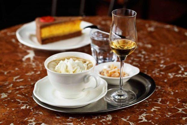 Η απόλυτη περιποίηση, καφέ με σαντιγί και ένα σφηνάκι αλκοόλ στο Cafe Central της Βιέννης (Café Central Wien/Facebook)