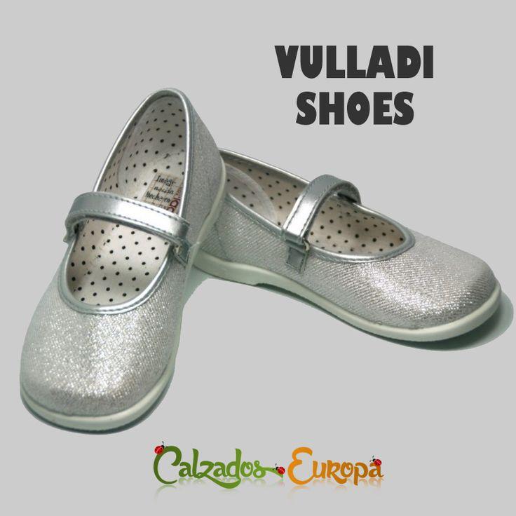 ¿Conoces ya la marca Vulladi?   Un calzado debe ser cómodo, de calidad y que te produzca buenas sensaciones.  En nuestra tienda disponemos de modelos tan cómodos y bonitos como estas Mercedes fantasía en plata.
