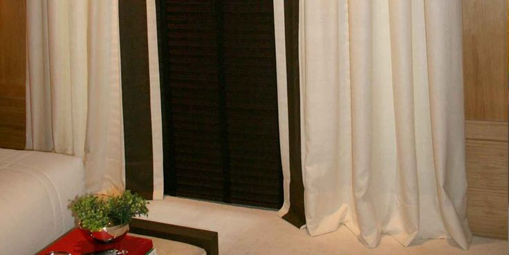 Cortina sob medida para quarto de casal confeccionada por Casa Mineira Decorações.