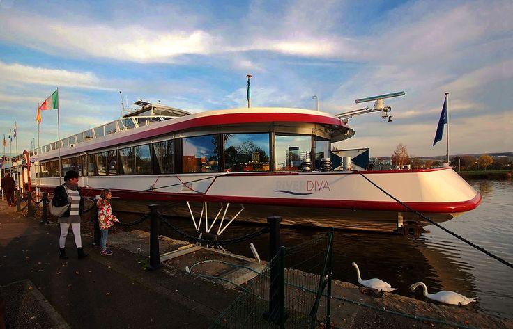 Eine Fahrt in den Advent, ... oder auch ein Tänzchen, können Saarländer auf der Mosel natürlich auch auf einem Schiff machen. Und noch ca. 5 - 600 andere Passagiere mitnehmen. Immerhin hat die River Diva Radar, Autopilot, Echolot, Klimaanlage, Piano Bar, Lounge, Zentralheizung und Sonnensegel. Wenn sie denn scheint. :-)
