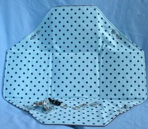 Confira como fazer uma cesta de tecido, bem simples, na qual você apenas utiliza 3 tipos de tecido, ilhós, e costura. O passo a passo tem fotos!