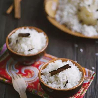 Il riso pilaf può essere il giusto completamento di un arrosto o di un buon piatto di verdure! Da arricchire con spezie e aromi: io lo adoro!