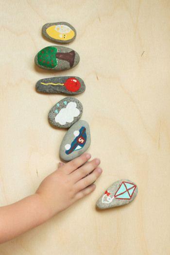 お子様の好きな絵を一緒に考えたり、色を塗ったりするうちにきっとおもちゃを大切にする気持ちも育まれそうですね。 《必要なもの》 表面がつるっとした小石 アクリル絵の具 筆