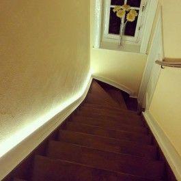 Een warmwitte LEDstrip 30LED/m gebruikt als trapverlichting. Deze strip geeft meer dan licht genoeg. Enkel de strip verlicht de trap en er is geen ondersteunende plafondverlichting nodig. Perfect dimbaar en aan te sluiten op een bewegingssensor.
