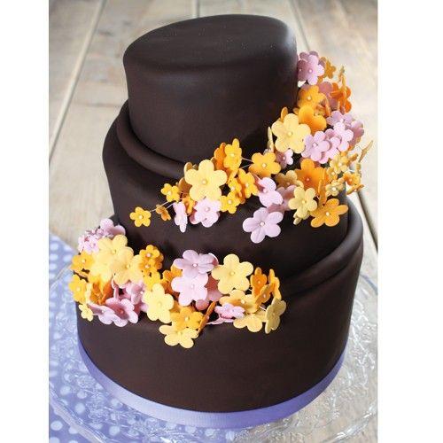 Met de Wilton gum paste flower cutter set kun je deze prachtige stapeltaart maken met diverse schitterende bloemen. Deze mini gestapelde taartjes zijn ideaal als verjaardagstaart.