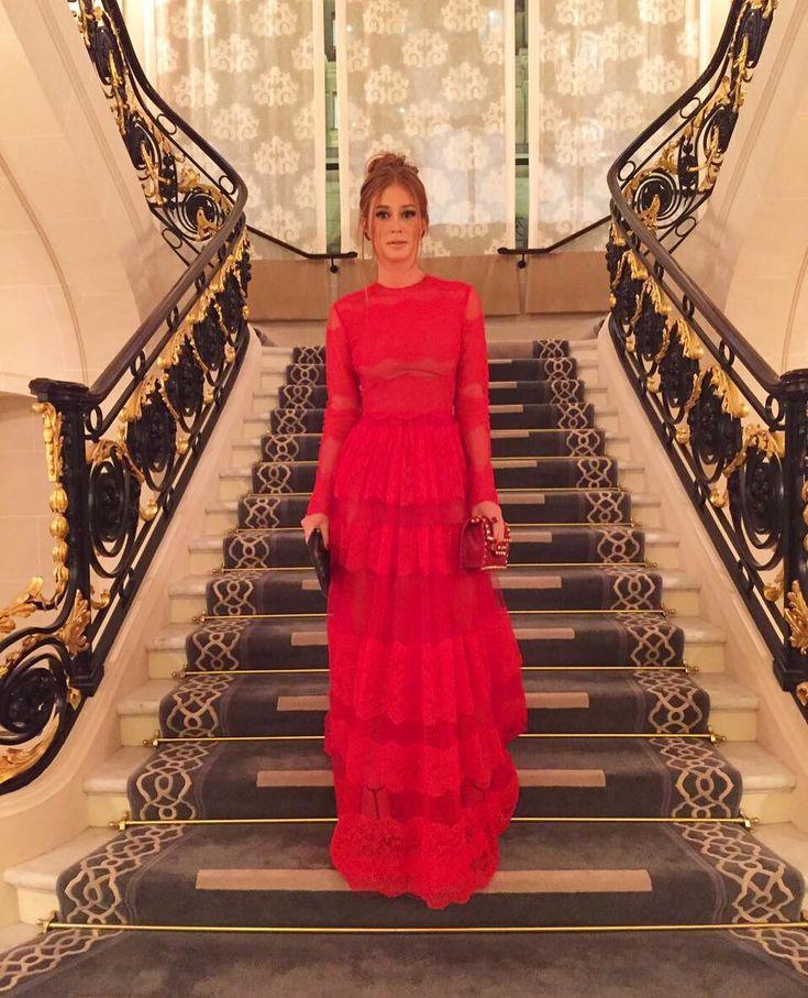 """Nascido numa cidadezinha próxima a Milão e consagrado em Paris, foi em Barcelona que Valentino teve a inspiração que marcaria sua carreira. Na década de de 50, ele era frequentador assíduo da Opera de Barcelona, onde via muitos espetáculos com figurinos vermelhos. Ficou apaixonado pela cor. """"Uma mulher vestida de vermelho está sempre magnífica; ela é, no meio da multidão, a imagem perfeita da heroína"""", afirmou Valentino em várias ocasiões.  Nascia assimo Vermelho Valentino, uma cor…"""