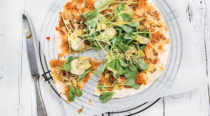 Turkse pizza met postelein, artisjok en oude kaas | foodies magazine