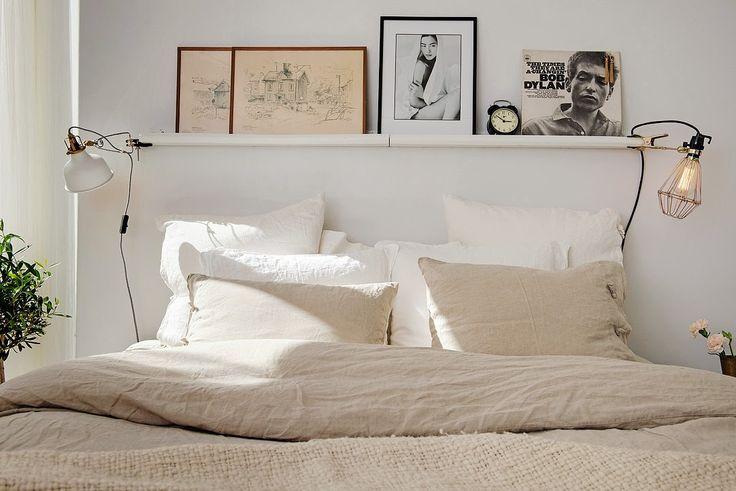 blanc et beige, chevet suspendu avec photos en noir et blanc et lampes crochetées
