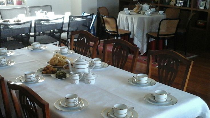 Όλα τα τραπέζια στρωμένα περιμένουν τις καλεσμένες μου!