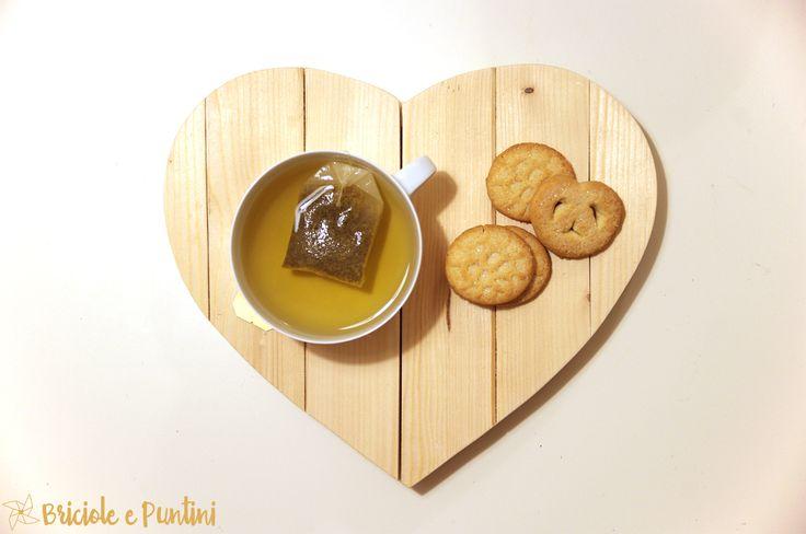 Non buttare gli scarti di legno: si possono riutilizzare per creare un sottopentola a forma di cuore fai da te: bastano un seghetto e un pò di colla.