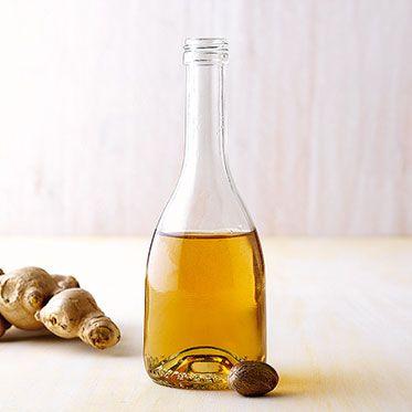Muskat-Ingwer-Sirup Rezept | Die frische Würze von Ingwer und Muskat ist das Kennzeichen dieses Sirups. Er würzt Kaffee und schmeckt zu Vanilleeis. | ca. 2 cm frischer Ingwer, 2 Schalenstücke (ca. 3 cm) von einer Bio-Zitrone, 100 g brauner Rohrohzucker, ¼-½ TL geriebene Muskatnuss
