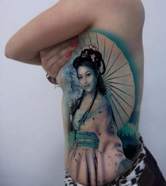tatuaż geisha na boku