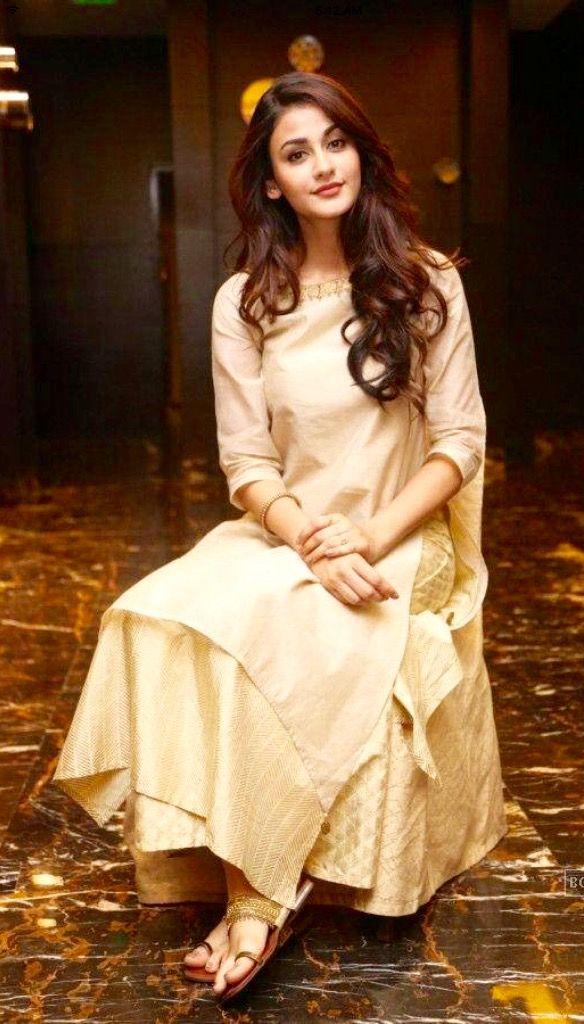 Aditi Arya in a simplistic outfit .