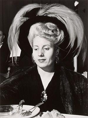 José Medeiros, Eva Perón, 1949  Paso de los Libres, Argentina  gelatina / prata tonalizada  34,8 x 26,0 cm (39,7 x 30,0 cm)