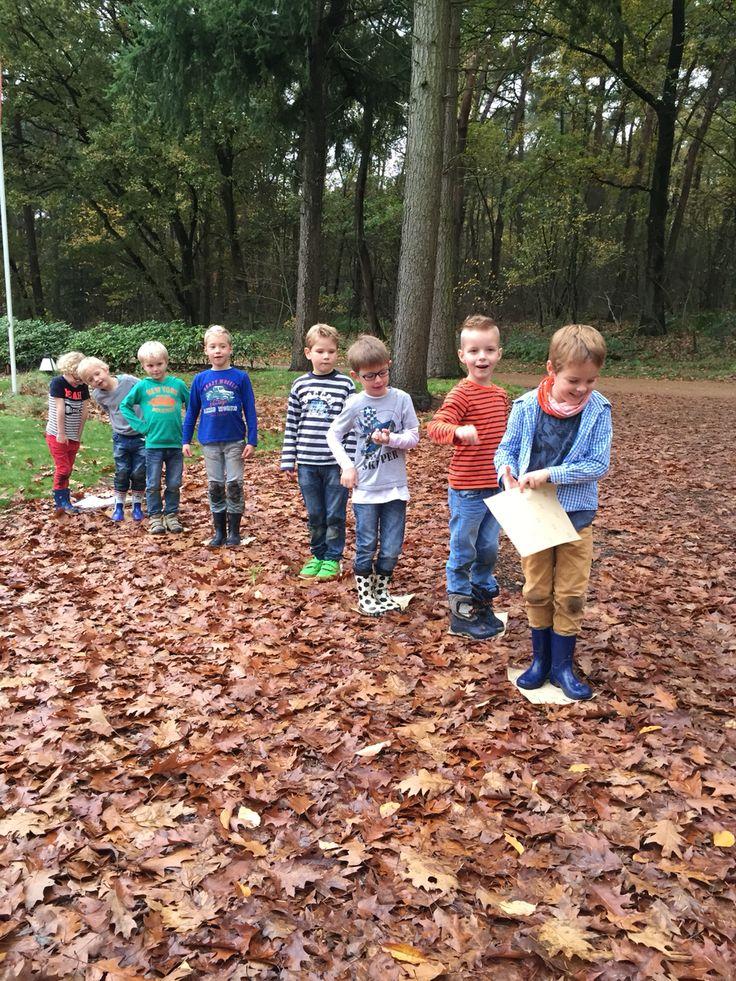 Moeras oversteken   Plankje aan elkaar doorgeven en via de plankjes naar de overkant stappen. 1 Plankje meer dan aantal kinderen.