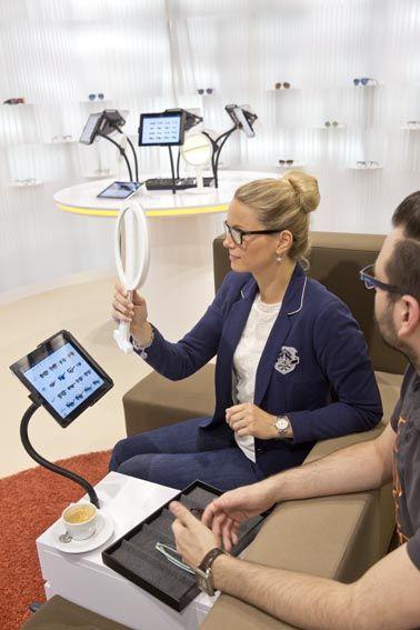 Im Edel-Optics Flagship-Store haben die Kunden an iPad-Terminals die Auswahl von über 10.000 Markenbrillen. Der Edel-Optics Flagship-Store befindet sich in #hamburg (im AEZ Heegbarg 31, 22391 Hamburg im Obergeschoss) #edeloptics #seeandbeseen #fashion #shopping #brille #sonnenbrille #rayban