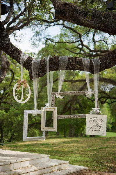 Vous pouvez par exemple utiliser vos cadres pour un photobooth (photos originales accessoirisées). Ici les cadres sont suspendus à un arbre par des rubans, mais vos invités peuvent tout aussi bien les tenir à la main.