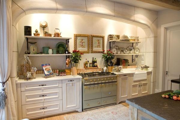 I love the white cupboards with Lanes ceramics klompie edging