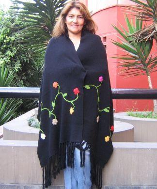 Liebevoll handbesticktes schwarzes #Schultertuch mit einem Blumenranken Motiv. Die Stickereien werden traditionell in liebevoller und aufwändiger Handarbeit gestickt.