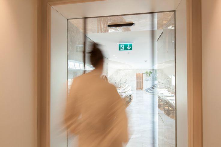 Vluchtdeursystemen (RED) - De internationaal voor vluchtdeuren goedgekeurde redundante uitvoering (RED) bestaat uit een dubbele aandrijving, twee gecombineerde, echter van elkaar onafhankelijke besturingen en een accu voor de uitvoering van een noodbeweging in geval van een stroomuitval.