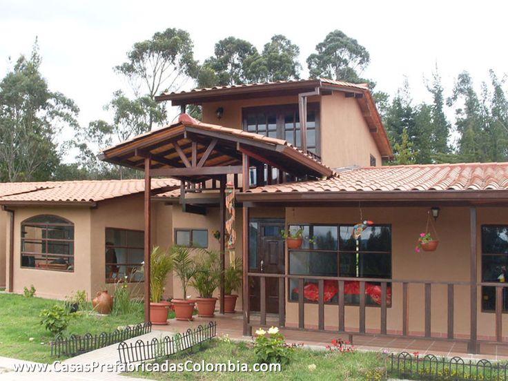 Casa de un nivel y altillo, cubierta en teja de barro, amplias ventanas metálicas, algunas en forma curva en la parte superior.