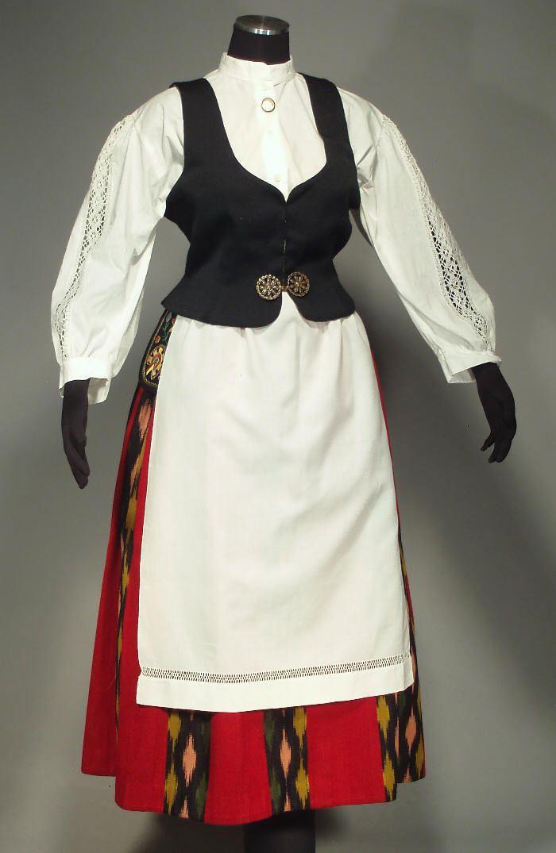 Jalasjärven kansallispuku. Jalasjärvi folk costume. I've never before seen this type of blouse with the dress but it's lovely, I'd love to know more information about the blouse.