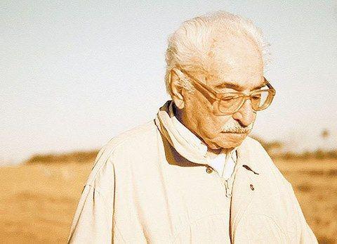 """""""A gente nasce, cresce, amadurece, envelhece, morre. Pra não morrer, tem que amarrar o tempo no poste. Eis a ciência da poesia: amarrar o tempo no poste"""".  Morre o poeta Manoel de Barros, aos 97 anos. Assista ao documentário sobre o autor mato-grossense"""