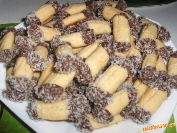 KOKOSOVÉ ŠPALÍČKY 200g hl.mouky, 100g strouhaného kokosu, 80g moučky, 130g másla, 1 lžíce citronové šťávy  POSTUP PŘÍPRAVY  Ze surovin uděláme těsto,ze začátku to jde celkem blbě,jak se pořád drobí ten kokos,ale jde to :-)) Uděláme váleček,odkrájíme kousky a pečeme do růžova-pekla jsem v horkovzdušné troubě asi na 175 st. Až vychladnou,namáčíme konce do čokoládové polevy a obalíme v kokosu,ale můžete ozdobit podle svojí chuti. Ze začátku jsou tvrdší,ale když je necháte 1-2 dny v chladu…