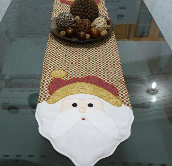 Caminho de mesa natalino, tenha uma alegria a mais neste Natal. Feito em tecido 100% algodão com recheio de manta acrílica para ficar estruturado. R$78,21