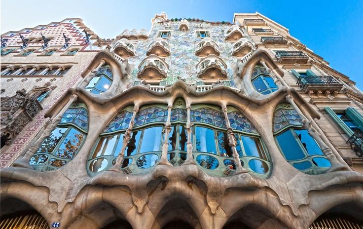 #Espagne #Barcelone . Ville méditerranéenne par excellence, Barcelone est riche en quartiers variés délimitant des centres d'intérêts différents. Par son emplacement privilégié, Barcelone respire un air de vacances perpétuelles, avec les maisons de Gaudí cohabitant avec l'architecture gothique. Cette destination de week-end est devenue populaire en quelques décennies. C'est une ville qui ne dort jamais, les visiteurs pourront profiter des journées et des longues soirées. http://vp.etr.im/ab8
