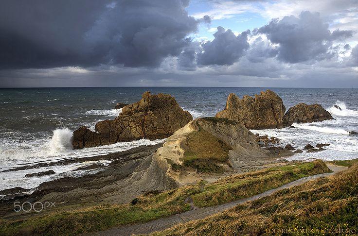 Temporal y tormentas en la playa de La Arnia en Liencres