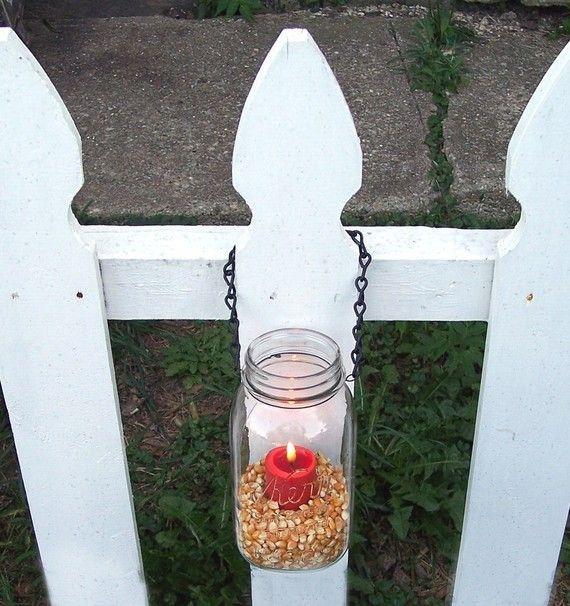 Lumières extérieures de bocaux mason ont cette sensation magique, confortable. Ce suspendus des bocaux mason sont parfaits comme des luminaires pour les bougies ou à piles lumières ou des vases pour les fleurs pour votre mariage ou votre maison.  Remplissez-les avec fleurs et suspendez-les à larrière des chaises dans votre allée de mariage. Suspendez-les à crochets du Berger à lextérieur. Suspendez-les à balustrades ou laissez-les sasseoir sur les marches.  La chaîne décroche dun côté et…