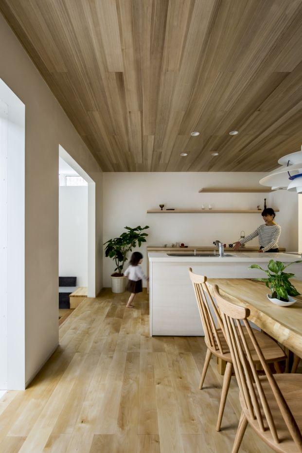Cocina moderna en casa japonesa con patio. Colores madera y blanco.