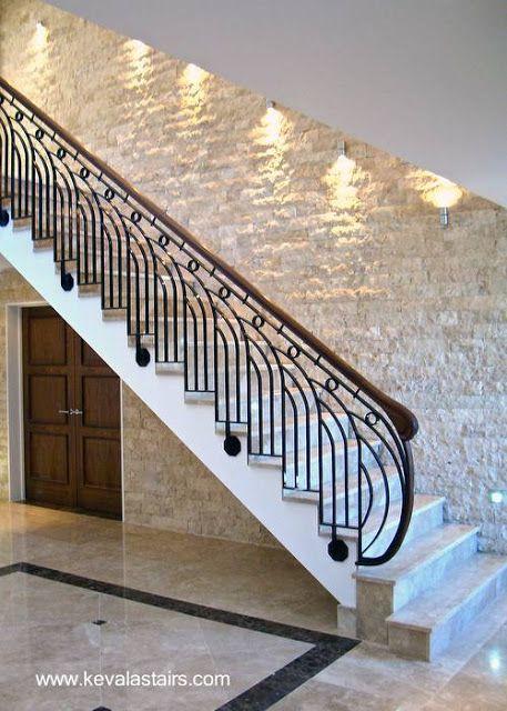 Escalera interior inspirada en el estilo Art Decó