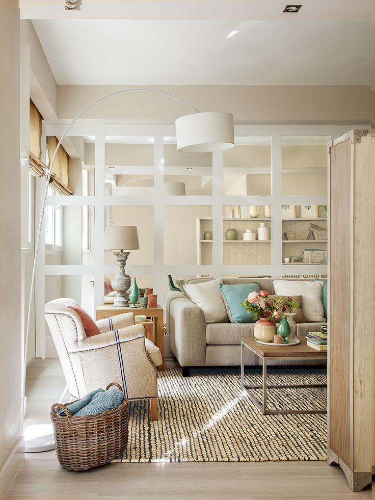 00409112. Pequeño salón decorado en tonos claros con una pared completa de espejos_00409112