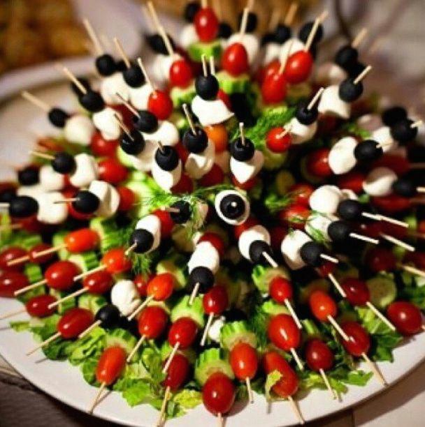 mozza, olives, tomates