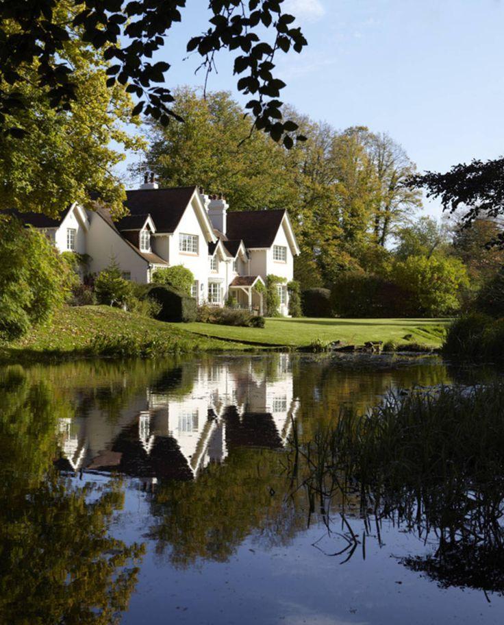 Das englische Landhaus, das wir euch heute etwas genauer zeigen möchten, liegt in der Grafschaft Hampshire, südwestlich von London und verkörpert genau das, was wir uns unter britischem Landleben vorstellen - schlichte Eleganz und stilvollen Charme inmitten malerischer Landschaften. Der perfekte Ort, um von der Hektik und dem Trubel der Großstadt abzuschalten und sich umgeben von grüner Natur und gediegenem Luxus so richtig zu erholen.