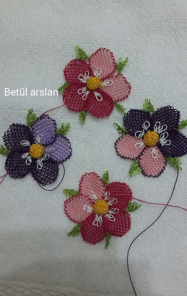 iğne oyası pembe ve mor çiçek modeli