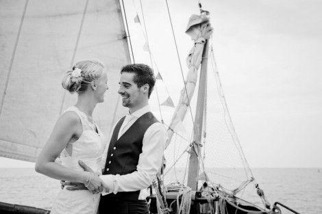 Trouwen aan boord van onze schepen. Zowel de huwelijksplechtigheid als het huwelijksfeest kunnen aan boord georganiseerd worden. Informeer naar de mogelijkheden bij www.rederij-vooruit.nl #zeilen #bruiloft #trouwen #feest