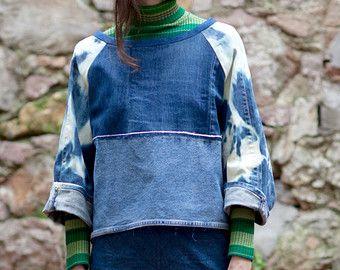 Denim Sweatshirts aus dekonstruiert Jeans und andere zufällige Kleidung. Alle Stücke, die die Herstellung dieser Sammlung benutzt waren einst ganze Kleidungsstücke genommen sorgfältig auseinander und rekonstruierte erweitern ihre Lebensdauer ohne Verwendung von kostbaren Ressourcen bei der Erstellung von neu lebensfähig, einzigartige und besondere Stücke.  Hergestellt aus Recycled Jeans Kleider: Original bemalte Stück war eine langen Diesel-Rock, hier unten verwendet wurde, bietet einem…
